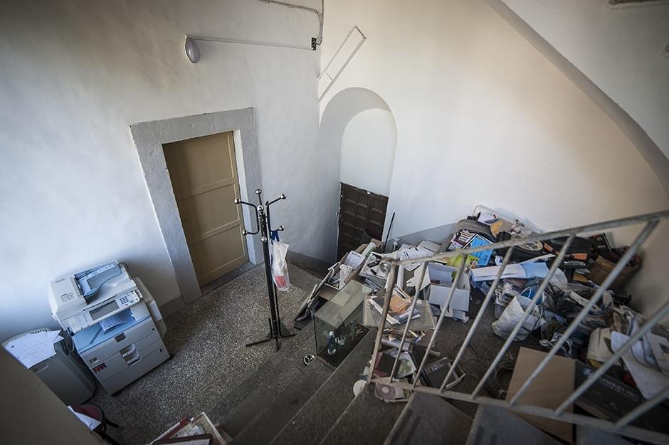 Immagini Ufficio Stampa : Ufficio stampa del comune in un magazzino angusto e difficile da