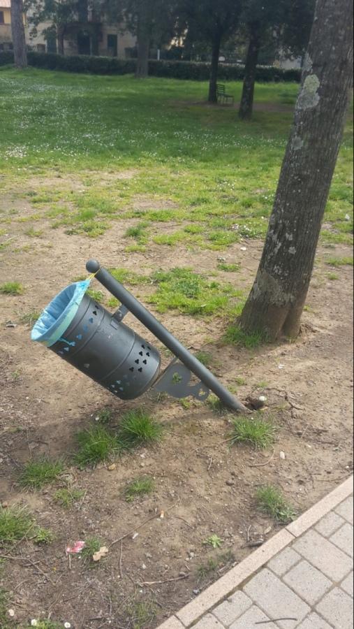 """""""Striscia Vetralla"""": «Ennesimo atto vandalico nei giardini pubblici di Cura»"""