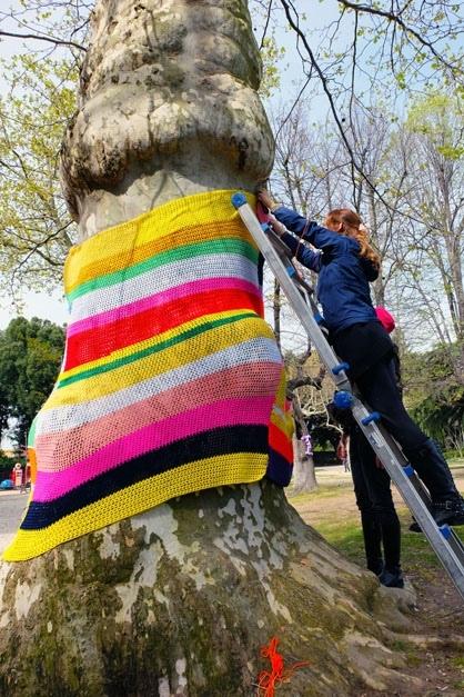 Pon pon, coperte, scritte, cuori di lana. Yarn Bombing per tutelare Pratogiardino