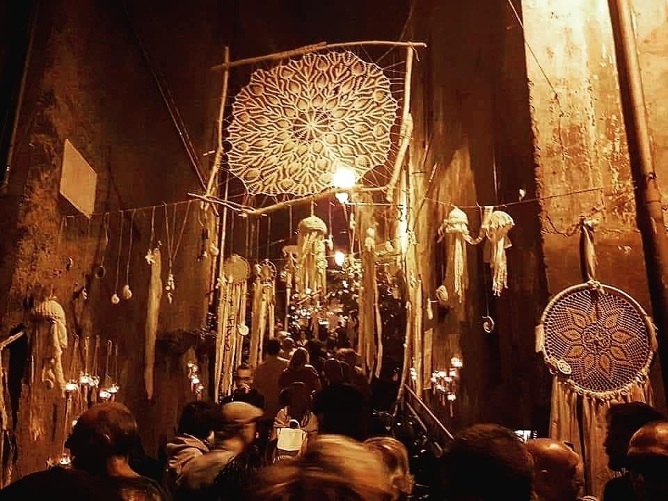 I manufatti delle Yarn Bombing Viterbo incantano i visitatori della Notte delle candele